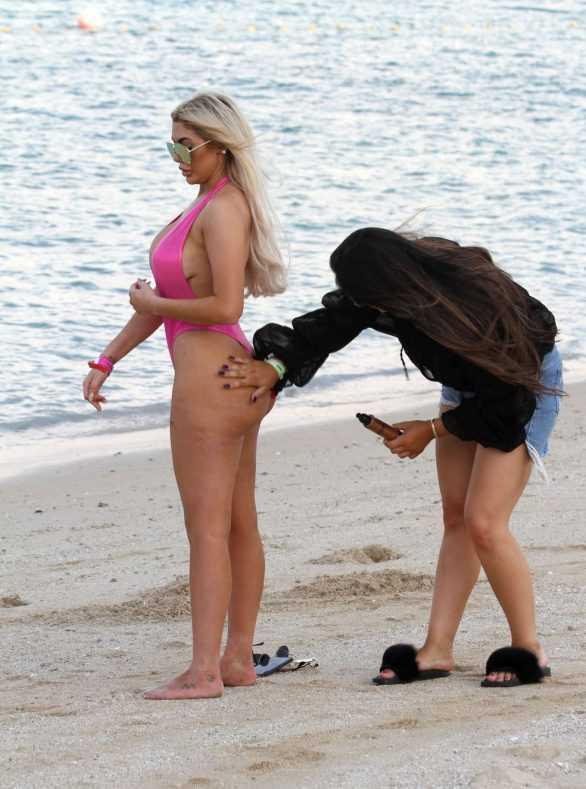 Chloe Ferry pembe mayo ile Dubai plajında