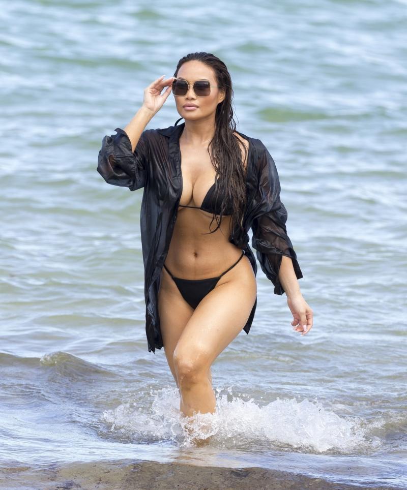 Daphne Joy siyah bikini ile Miami plajında