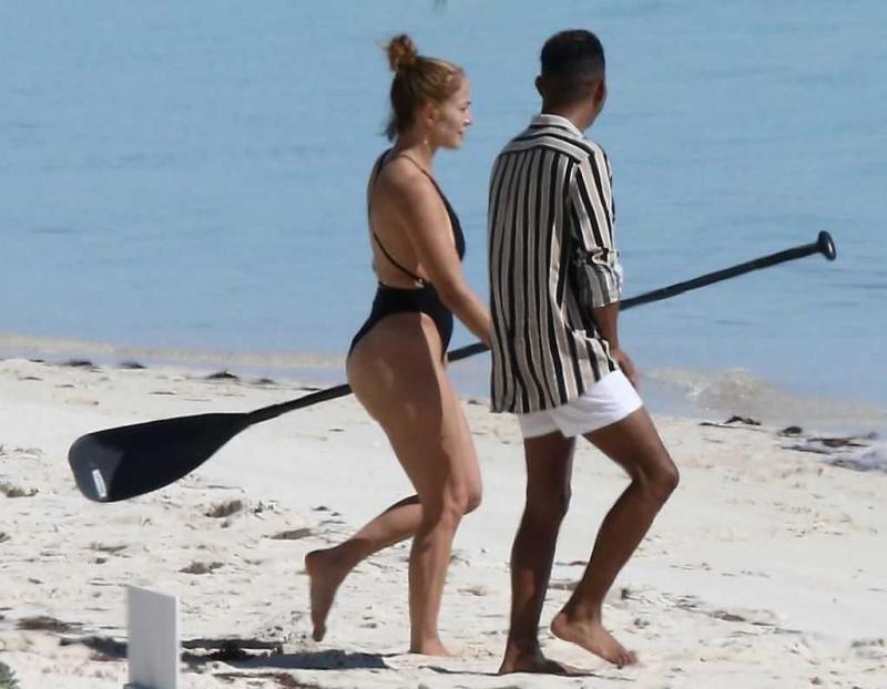 Jennifer Lopez siyah mayo ile Turks ve Caicos Adaları'nda