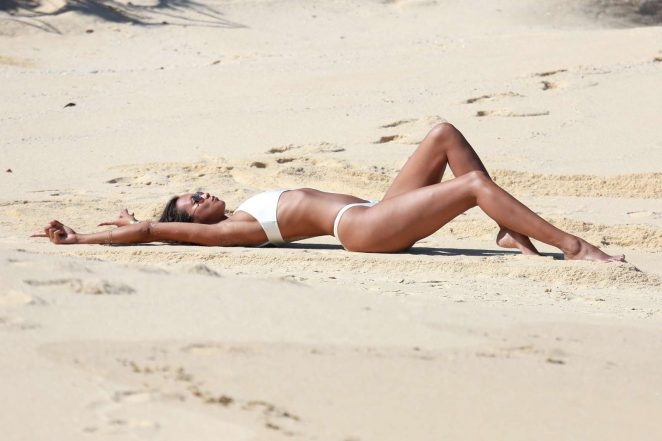 Lais Ribeiro seksi bikinisiyle plajda