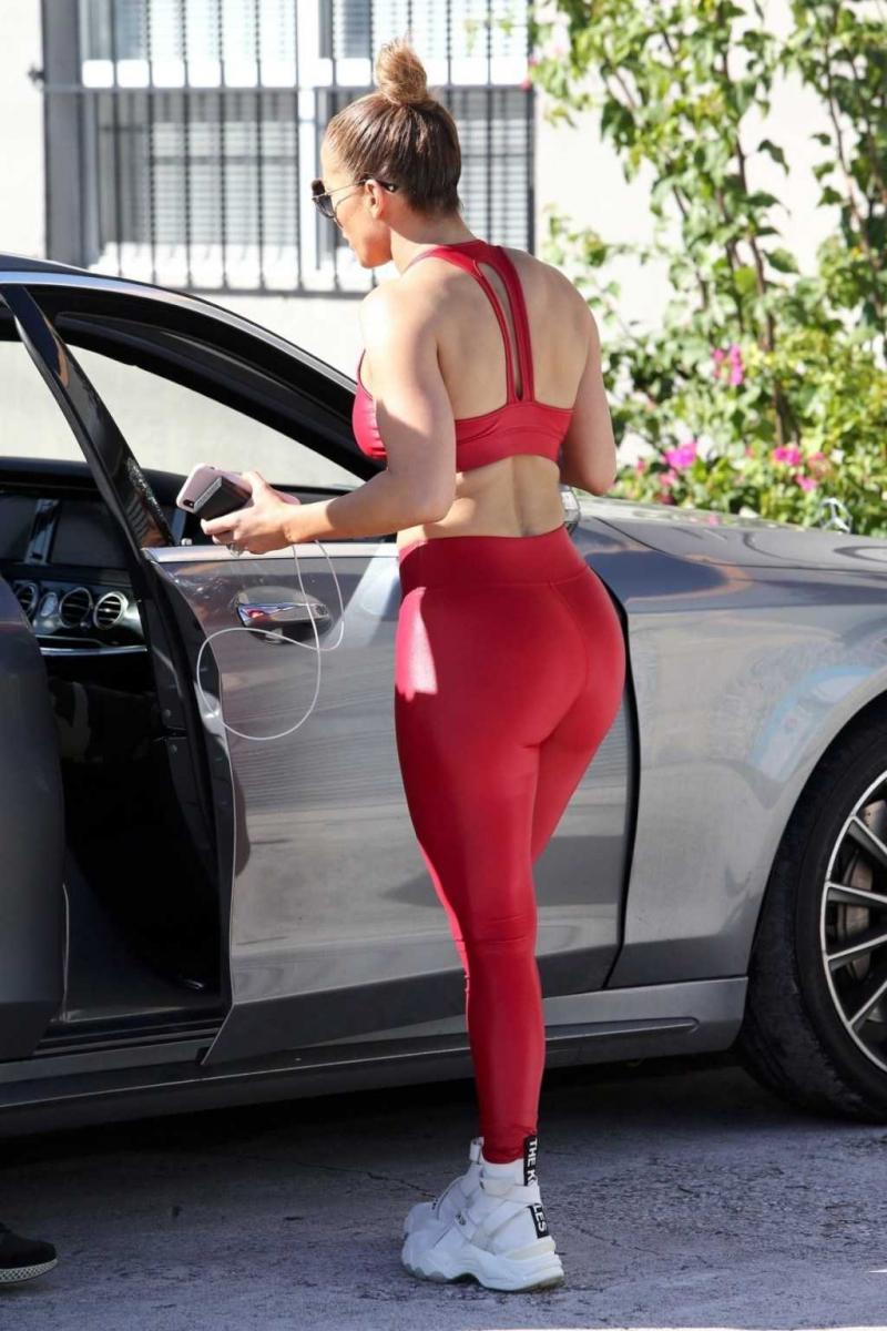 Jennifer Lopez kırmızı taytla Miami'de