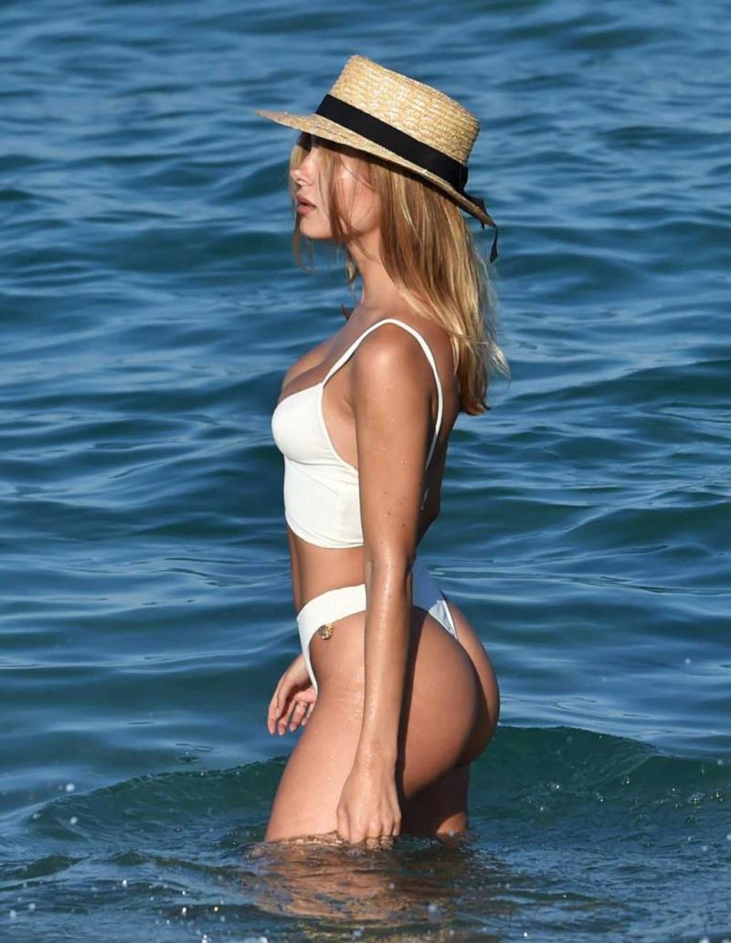 Kimberley Garner beyaz tanga bikiniyle St. Tropez'de