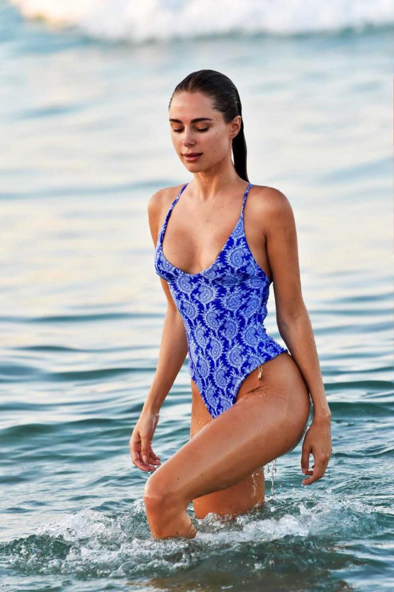 Kimberley Garner mavi mayoyla Miami'de