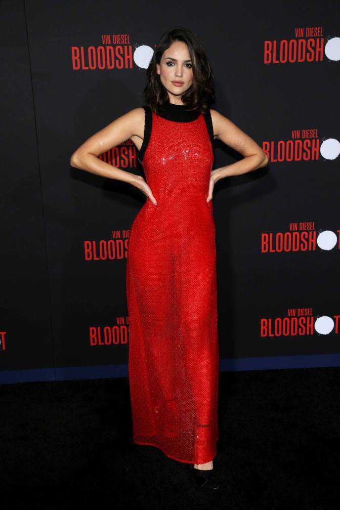 Eiza Gonzalez transparan kırmızı elbiseyle Bloodshot prömiyerinde