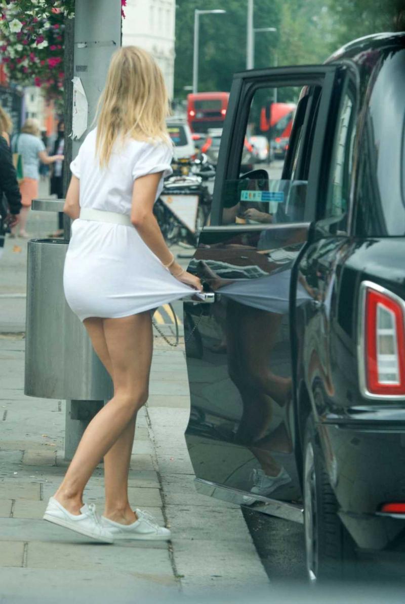 Kimberley Garner beyaz mini elbise ile barda
