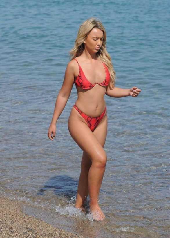 Harley Brash kırmızı bikiniyle Lazarote'de