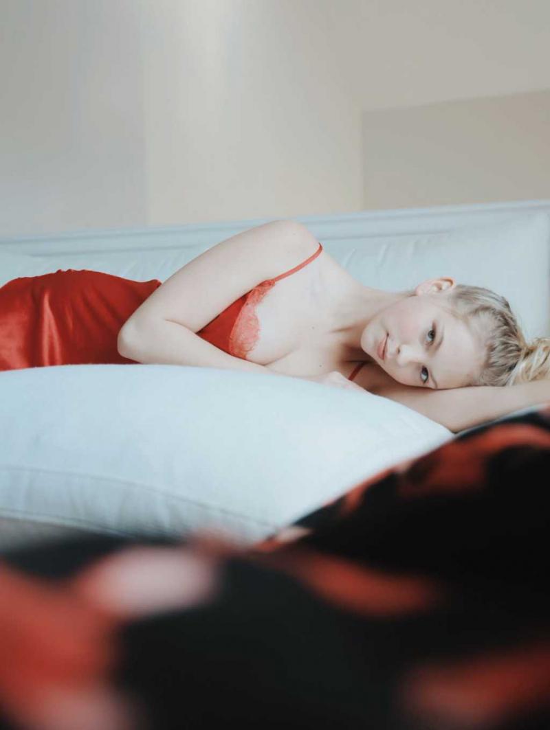 Jordyn Jones kırmızı saten gecelik ile fotoğraf çekimlerinde