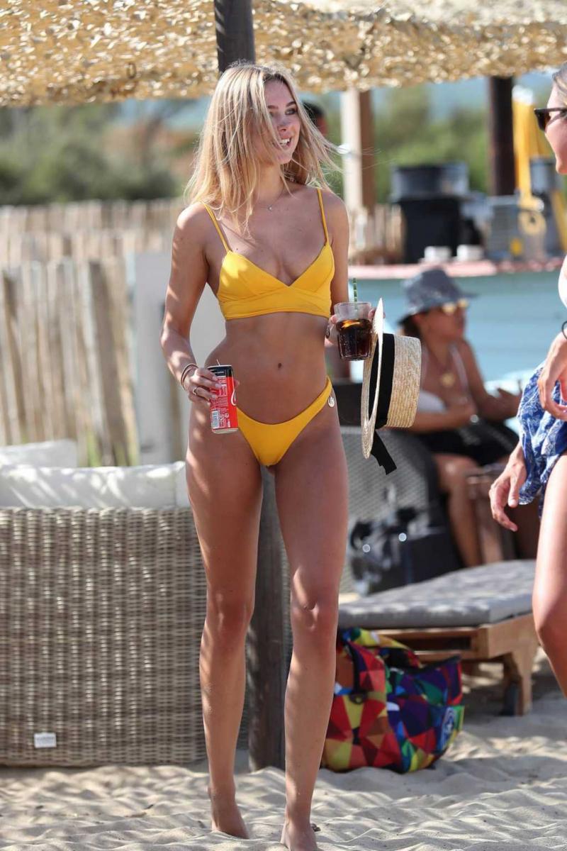 Kimberley Garner sarı bikini ile Pampelonne plajında
