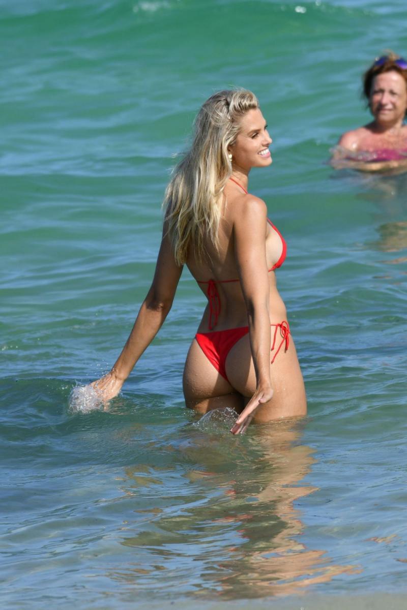 Natalie Jayne Roser kırmızı bikini ile Miami plajında