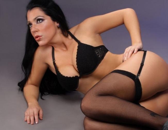 Geraldine Lopez siyah iç çamaşırıyla çekimlerde