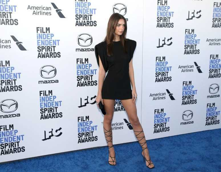 Emily Ratajkowski siyah mini elbiseyle ödül töreninde