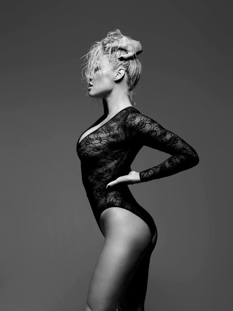 Pamela Anderson siyah iç çamaşırıyla