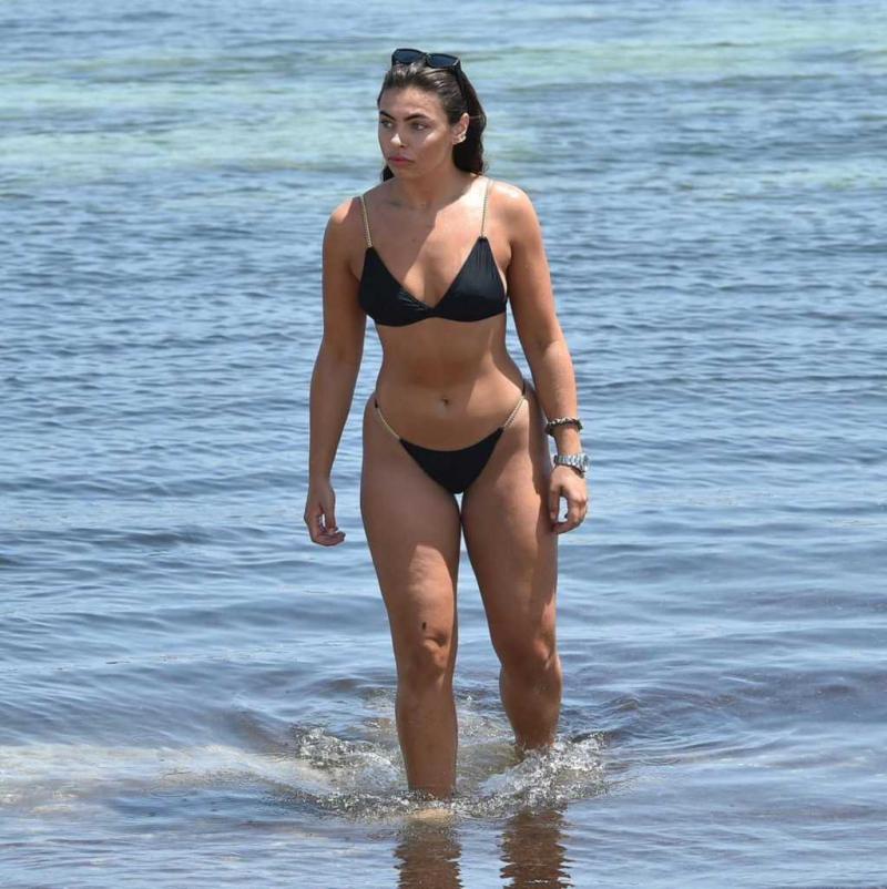Francesca Allen siyah bikini ile plajda