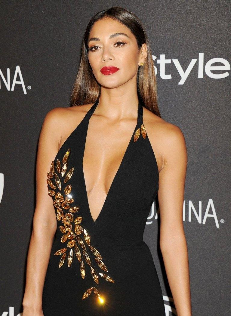 Nicole Scherzinger göğüs ve sırt dekolteli elbiseyle