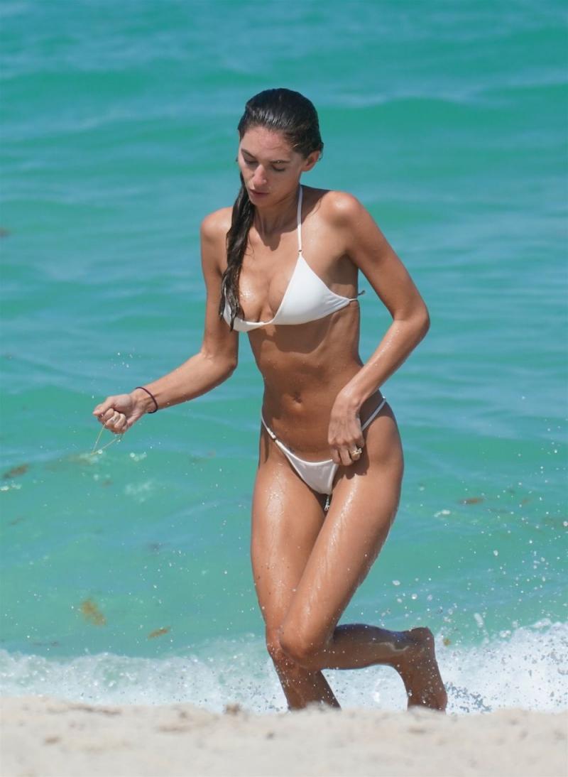 Debbie St Pierre beyaz bikini ile Miami plajında