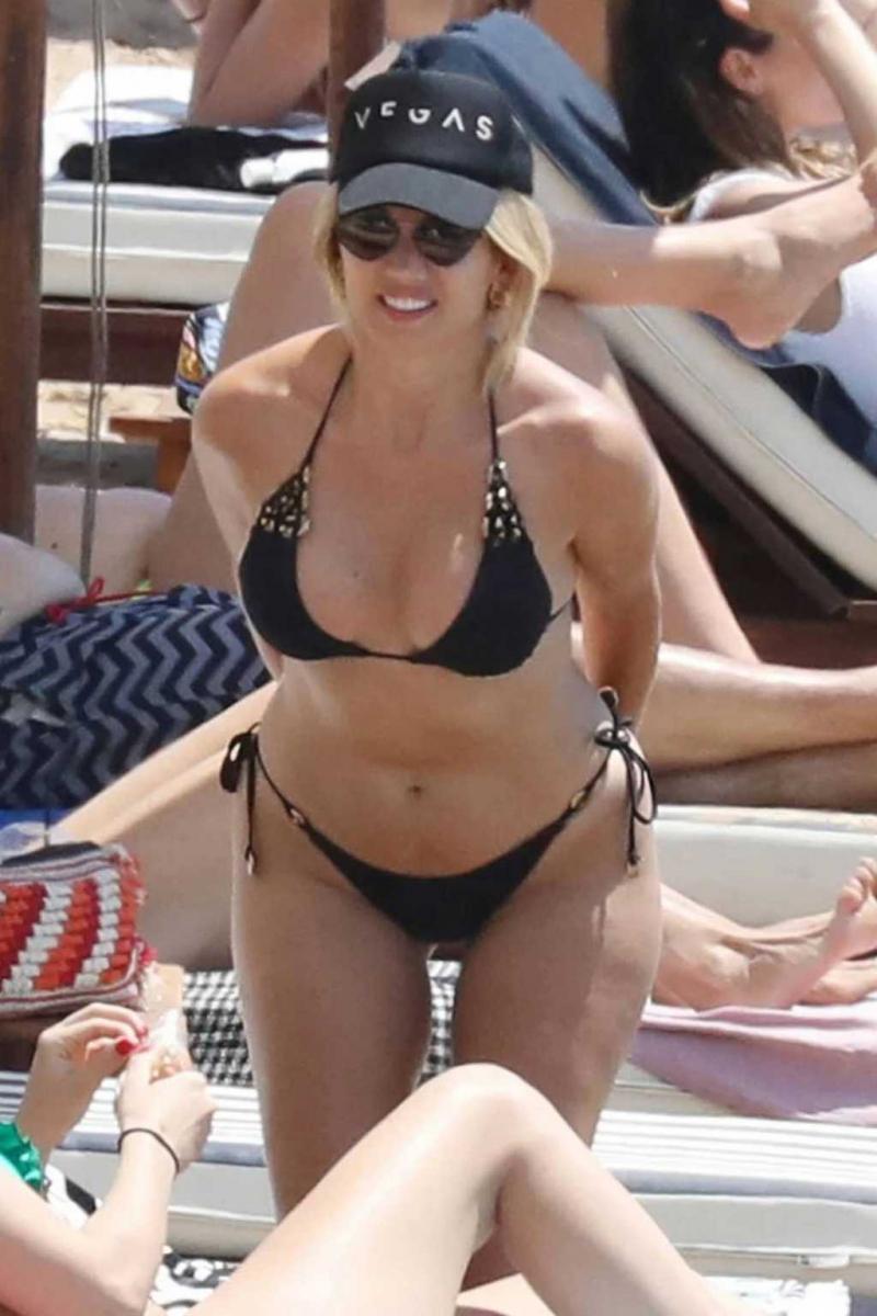 Konstantina Spyropoulou siyah bikiniyle Yunanistan'da