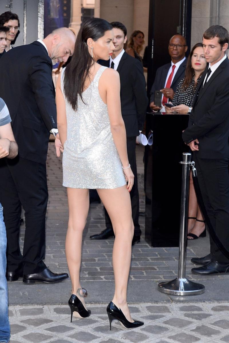Adriana Lima gri parlak mini elbise ile Paris'te