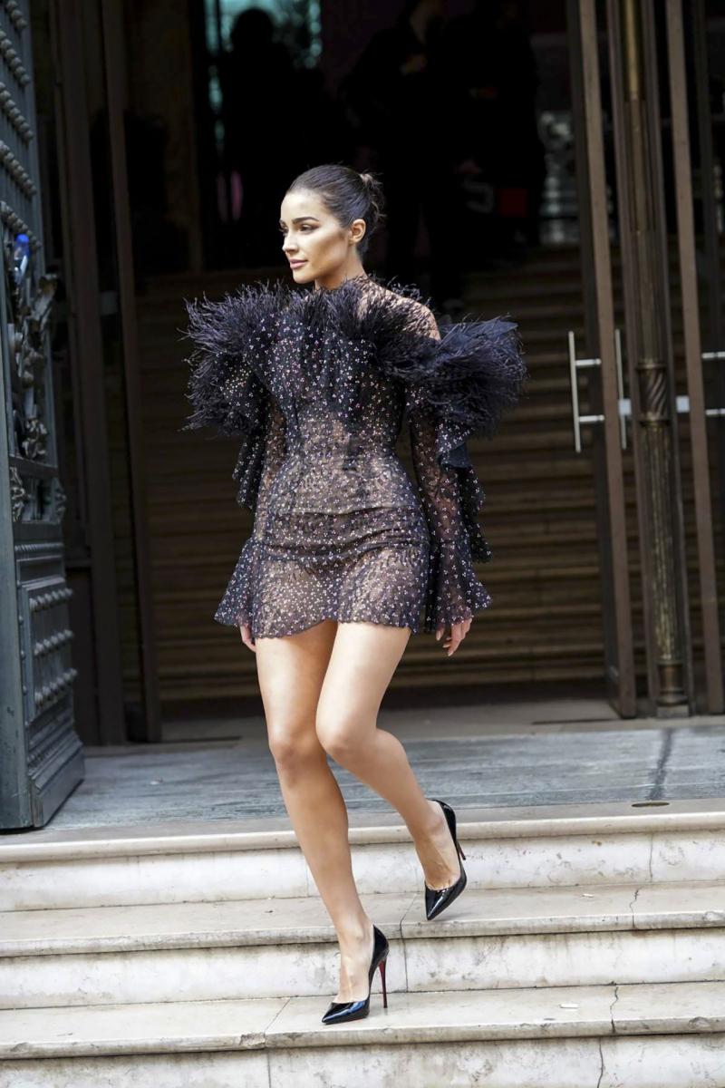 Olivia Culpo transparan elbiseyle Ralph & Russo etkinliğinde