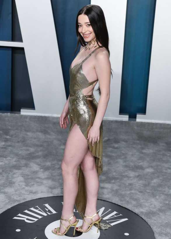 Mikey Madison yırtmaçlı elbiseyle Vanity Fair etkinliğinde