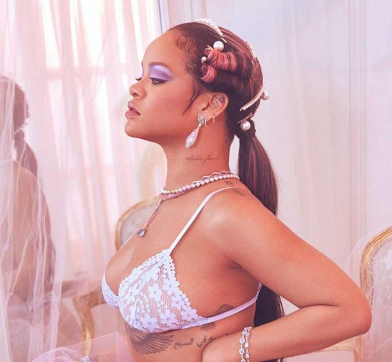 Rihanna 2020 iç giyim çekimlerinde