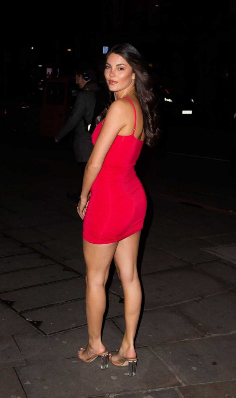 Rebecca Gormley kırmızı mini elbiseyle Courthouse Hotel'de