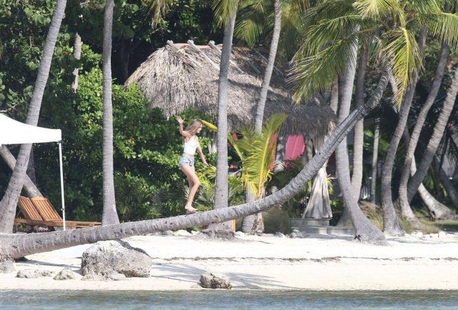 Josephine Skriver şort ve iç çamaşırı ile plajda
