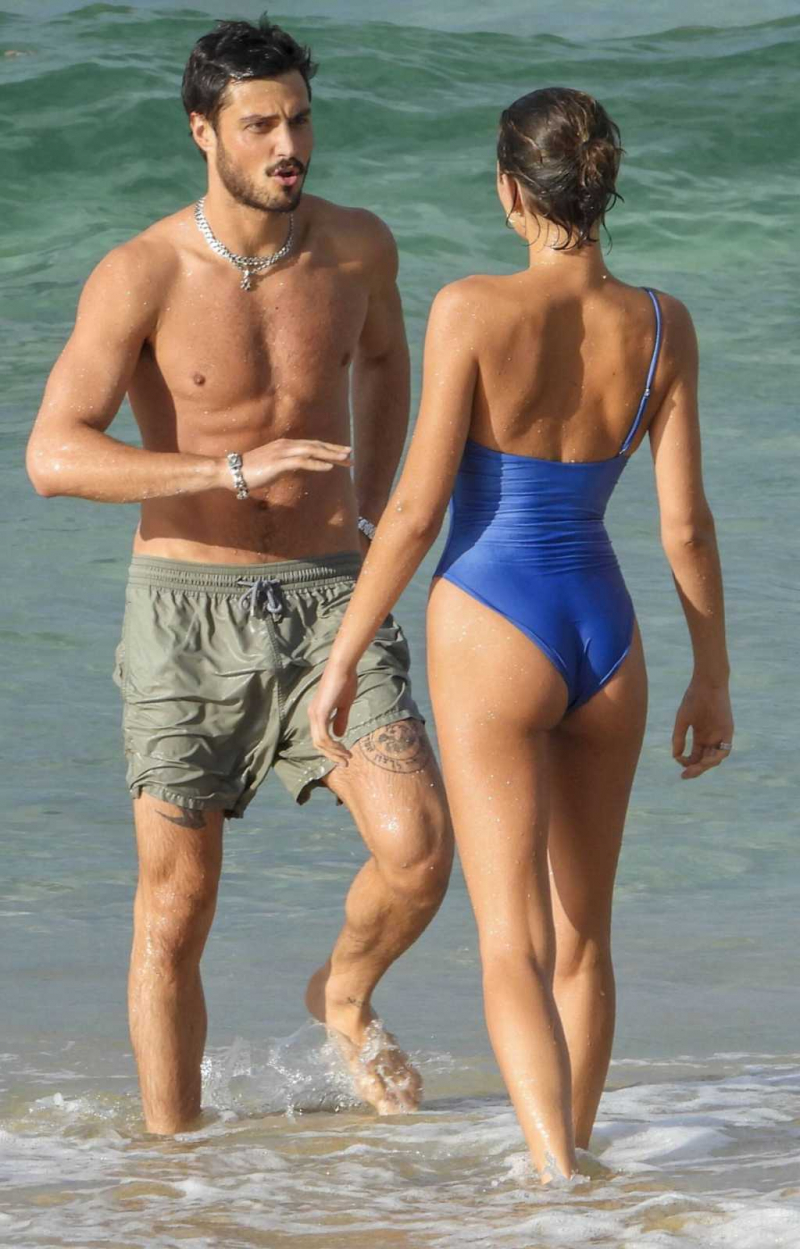Georgia Fowler mavi mayoyla plajda