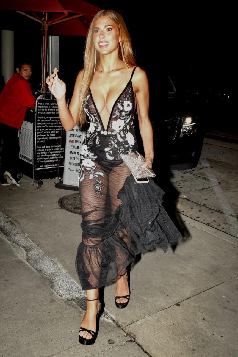 Kara Del Toro transparan göğüs dekolteli elbise ile