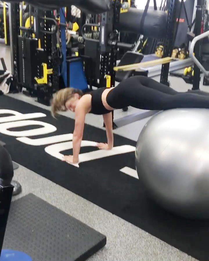 Kate Beckinsale siyah taytla sporda