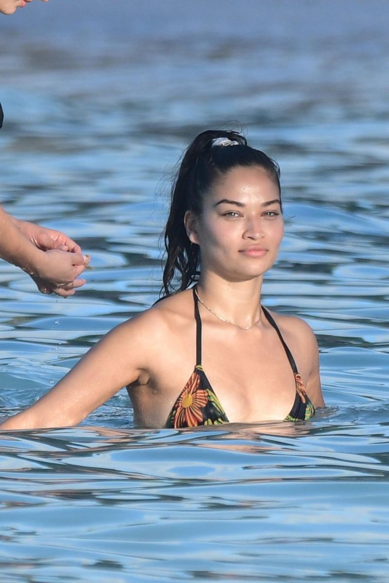 Shanina Shaik tanga bikiniyle St Barts'da