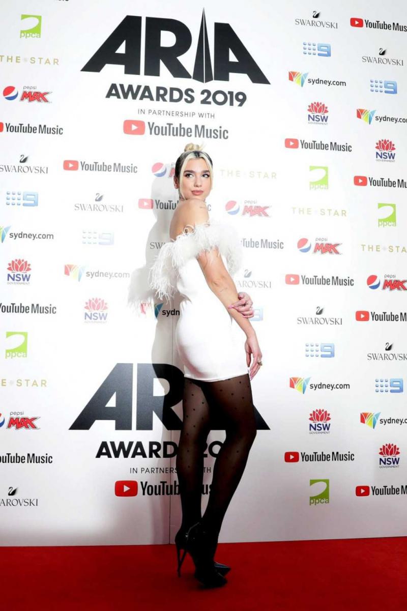 Dua Lipa siyah külotlu çorapla Sydney'de