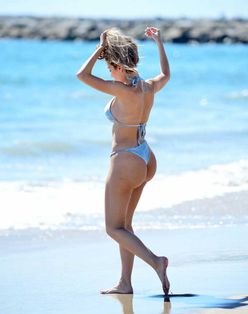 Farrah Abraham mavi bikini ile Malibu plajında