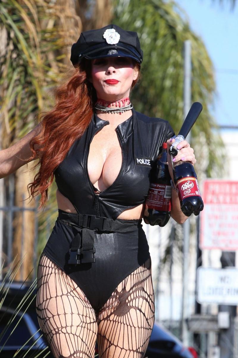 Phoebe Price polis kostümüyle Hollywood'da