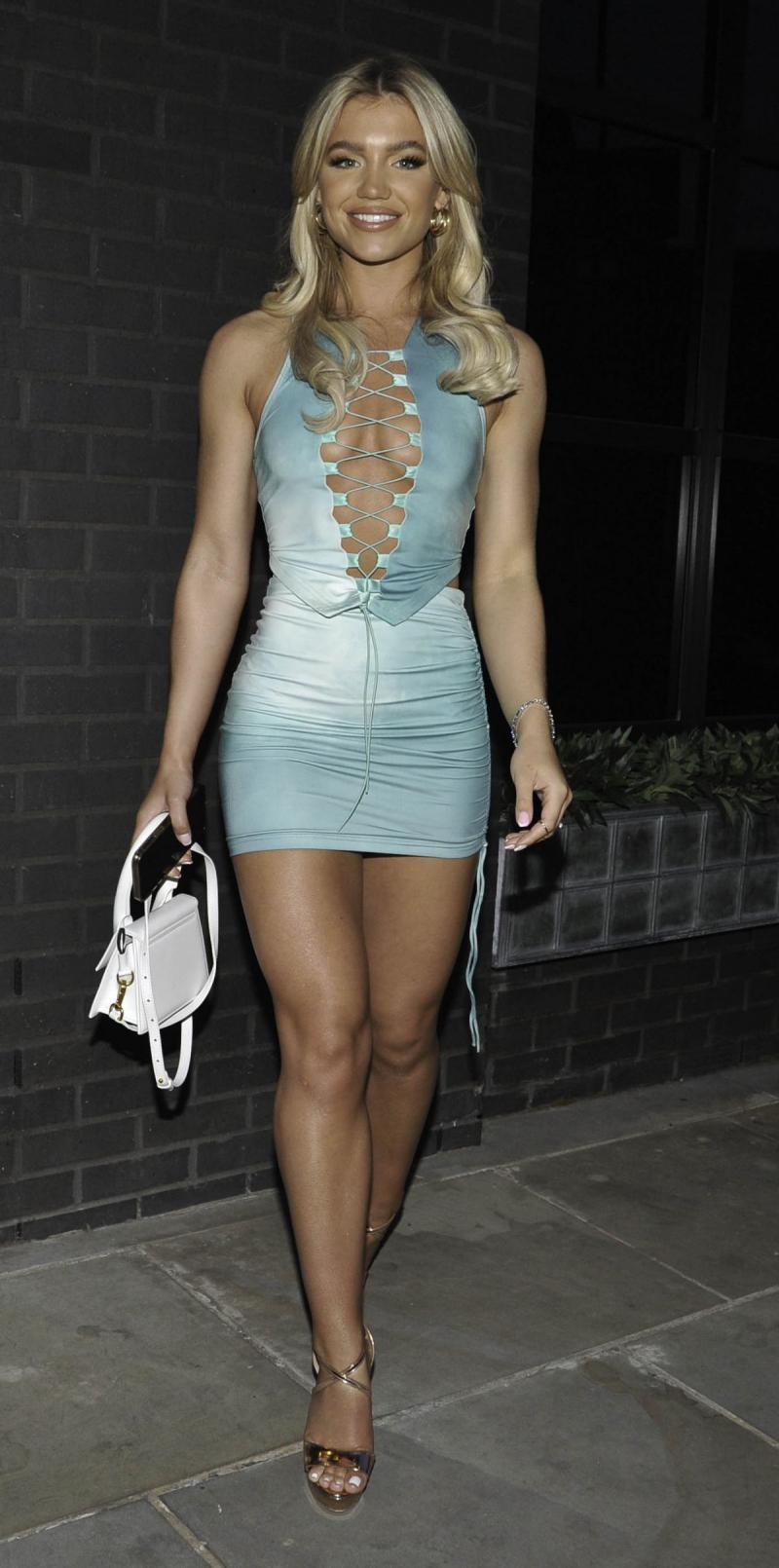 Molly Smith mini elbiseyle Dakota Hotel'de