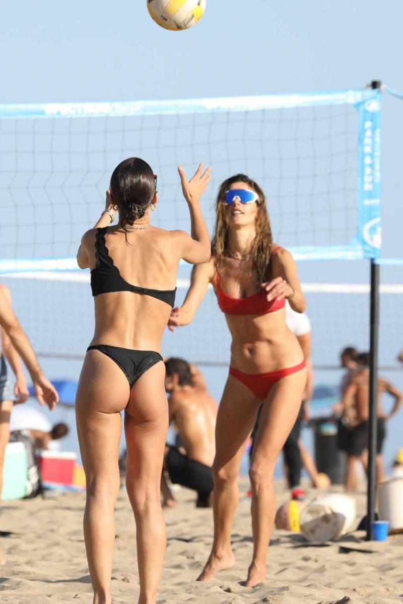 Camila Coelho bikini ile Malibu'da