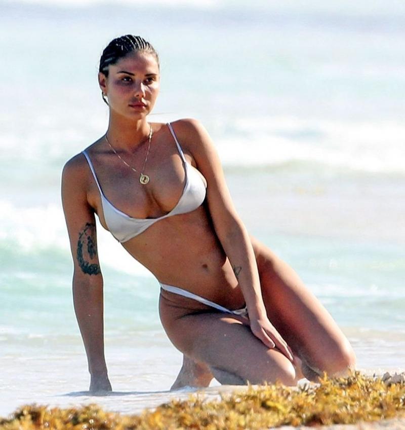 Sahara Ray tanga bikiniyle plajda