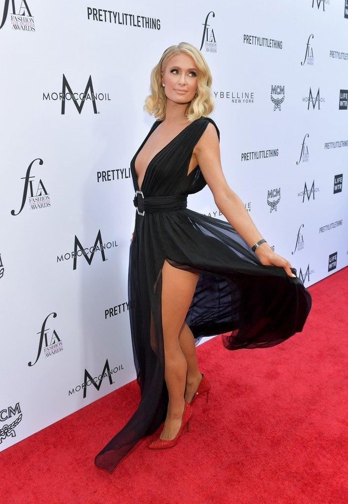 Paris Hilton göğüs dekolteli elbiseyle etkinlikte