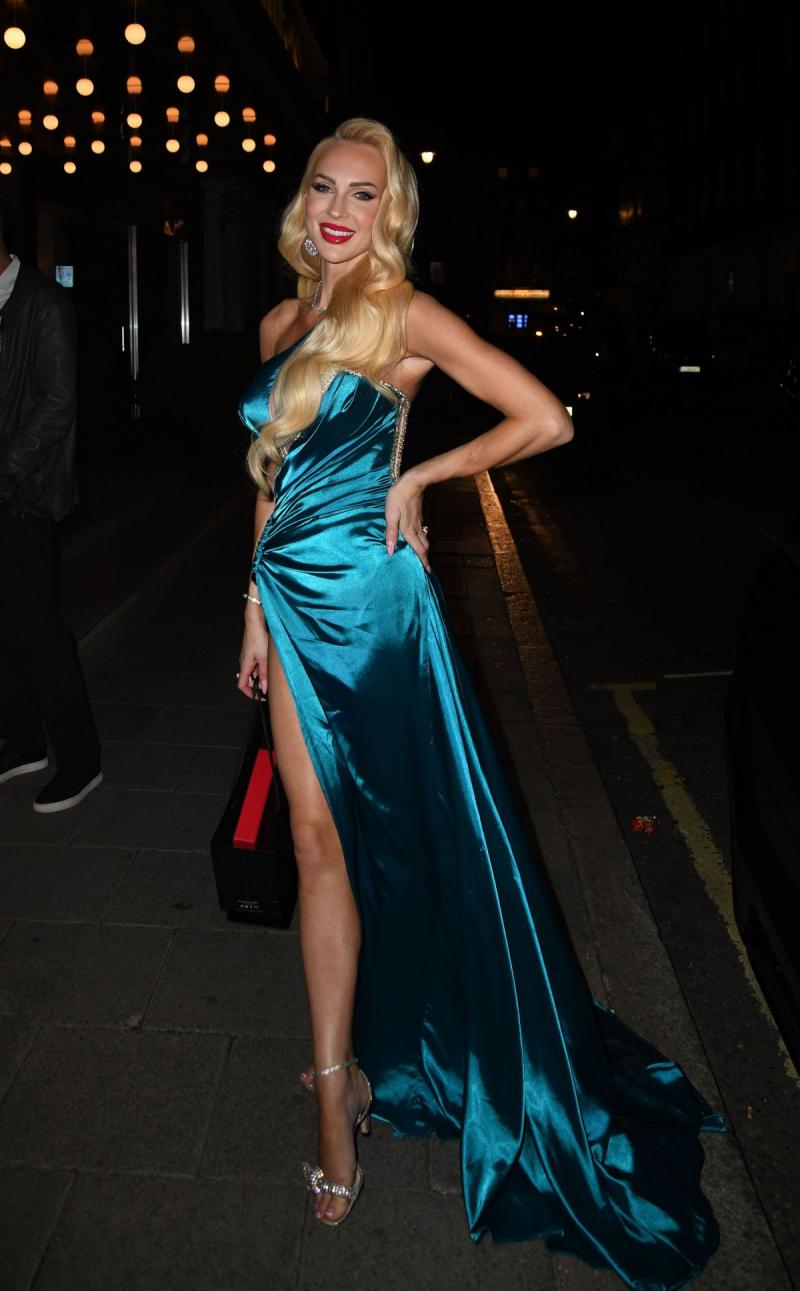 Christine Quinn yırtmaçlı elbiseyle Londra'da