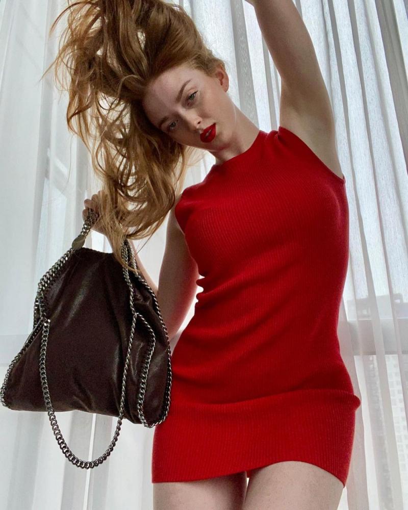 Larsen Thompson kırmızı elbiseyle