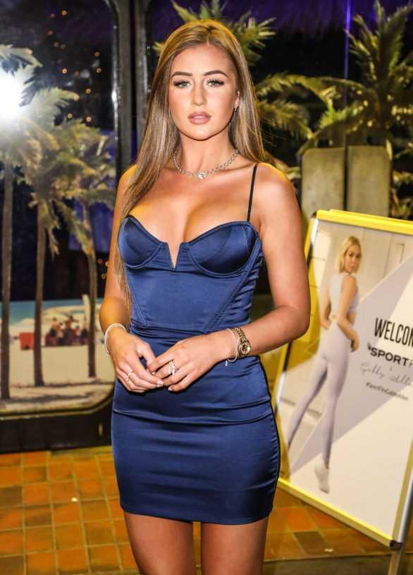 Georgia Steel göğüs dekolteli lacivert mini elbiseyle Londra'da