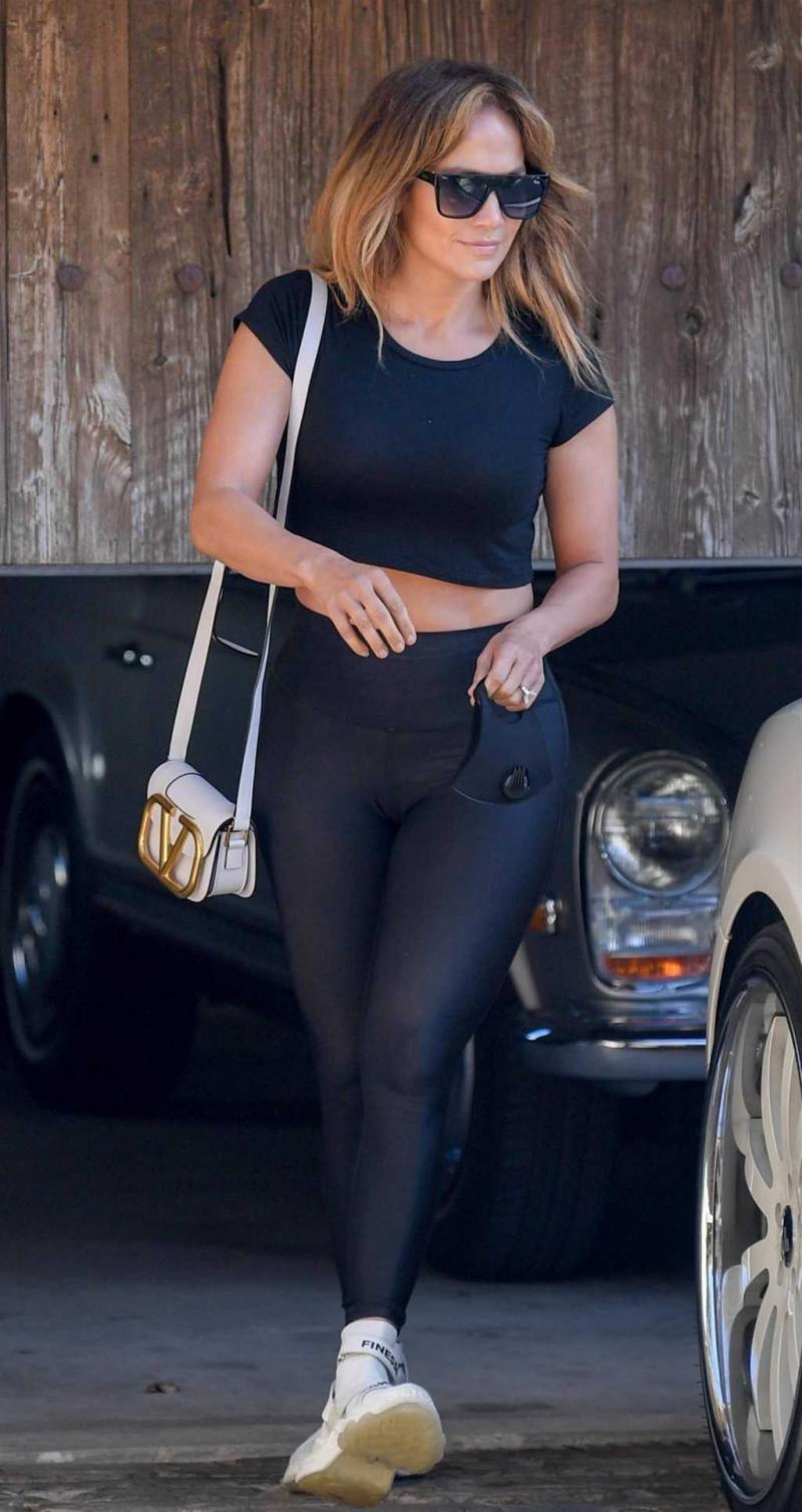 Jennifer Lopez siyah taytla Malibu'da