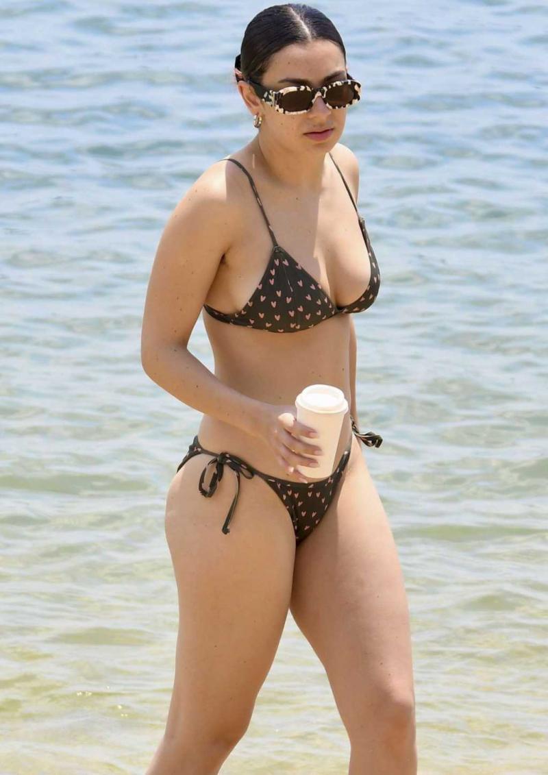 Charli XCX bikiniyle Sidney plajında