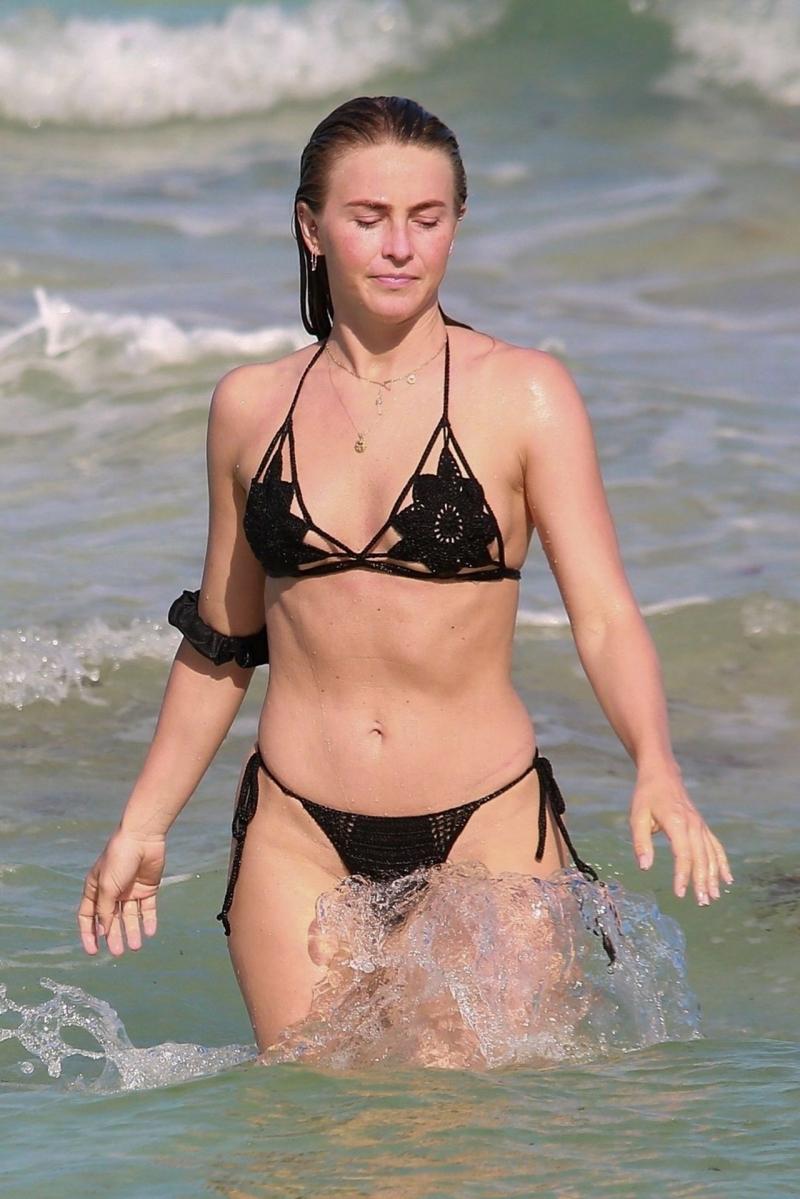 Julianne Hough bikini ve taytla plajda