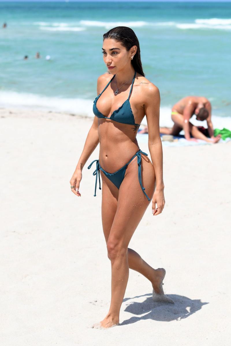 Chantel Jeffries yeşil bikini ile Miami plajında
