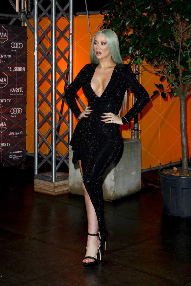 Iggy Azalea siyah göğüs dekolteli elbiseyle etkinlikte