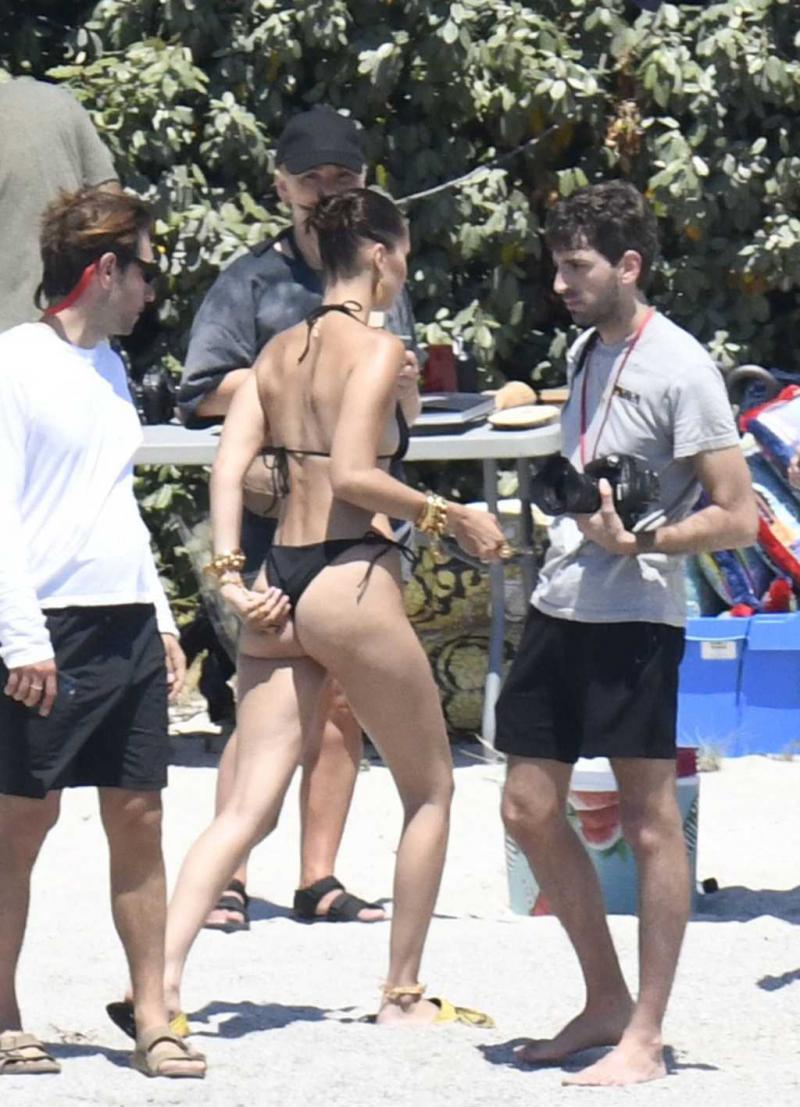 Bella Hadid siyah bikiniyle Corsica'da sette