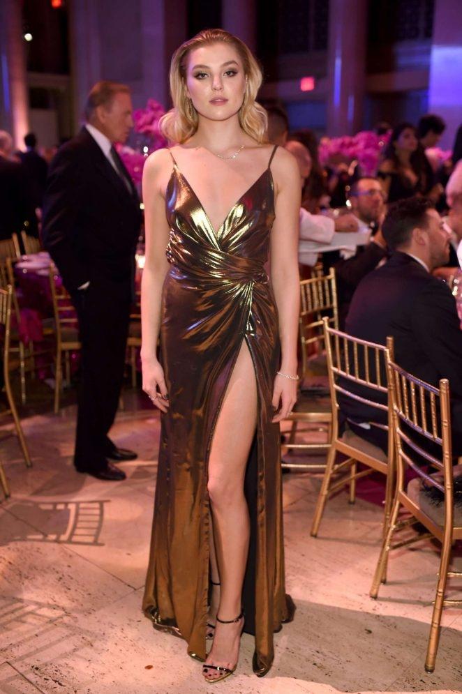 Rachel Hilbert sırt ve göğüs dekolteli elbiseyle