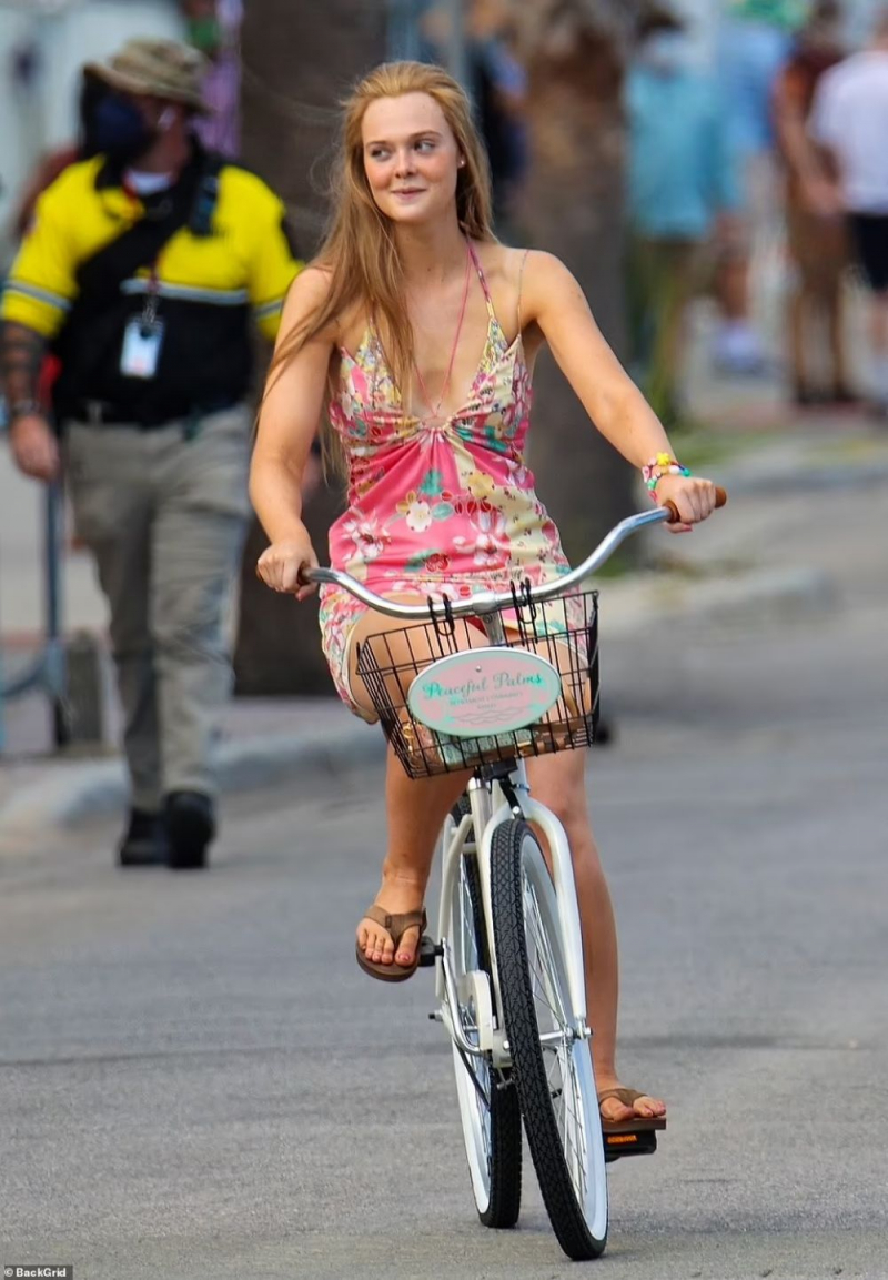 Elle Fanning mini elbiseyle Tybee Island'da