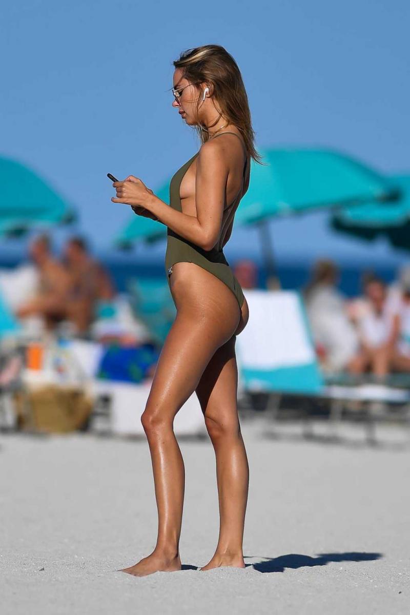 Kimberley Garner yeşil mayo ile Miami plajında