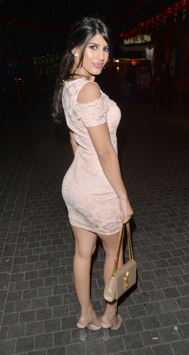 Jasmin Walia mini elbiseyle